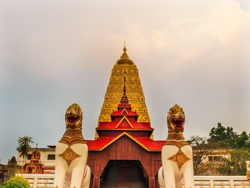 Bodh de oro tailandés Gaya en Sangkhlaburi foto de archivo