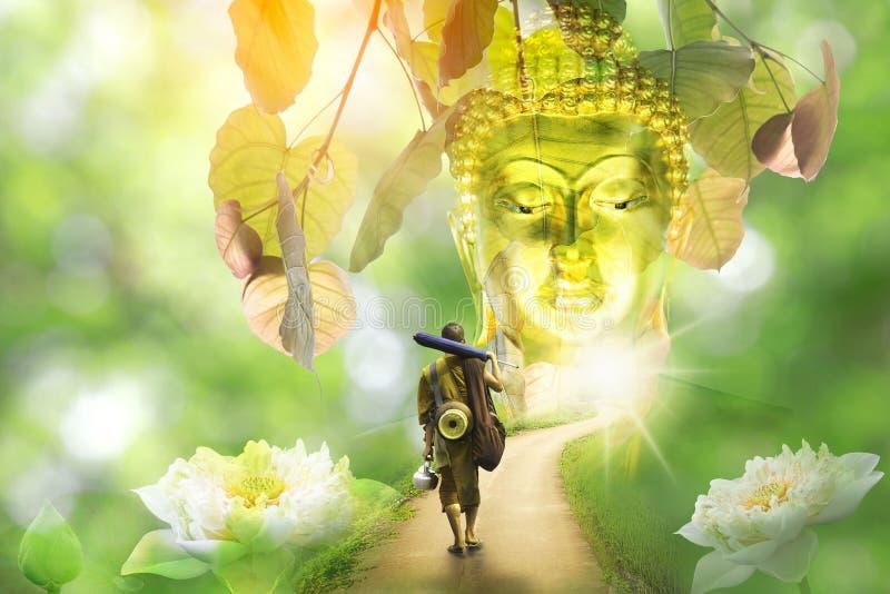 Bodhisattva Bouddha - dhutanga de marche de moine de l'Asie derri?re grand Bouddha photos libres de droits