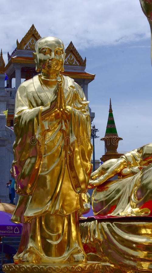 bodhisatva亦称滑动的雕象在Wat Traimit金黄菩萨寺庙,曼谷,泰国前面的 免版税库存照片