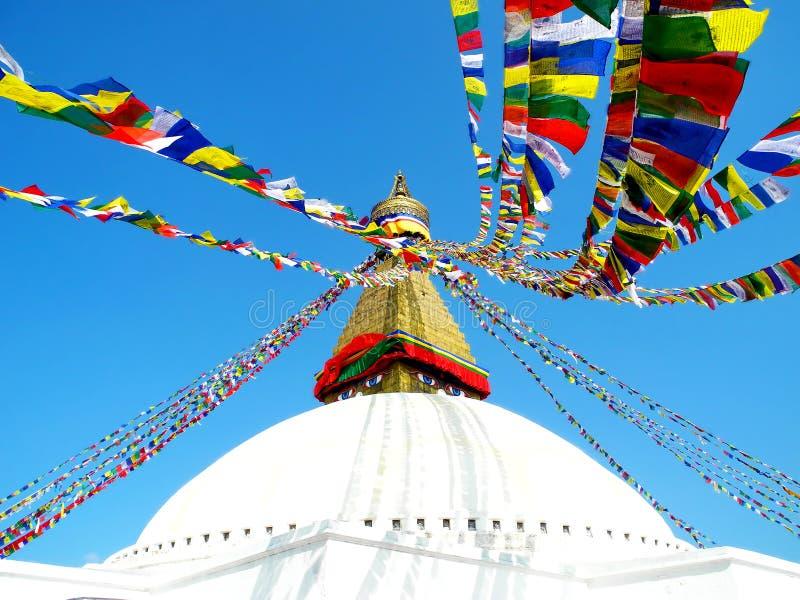 Bodhnath Stupa con las banderas agitó en el viento, Katmandu, Nepal foto de archivo libre de regalías