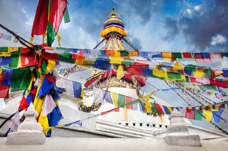 Bodhnath stupa med bönflaggor royaltyfri bild
