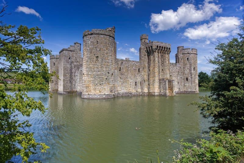 BODIAM, ВОСТОЧНОЕ SUSSEX/UK - 26-ОЕ ИЮНЯ: Замок Bodiam в Bodiam восточном стоковые фотографии rf