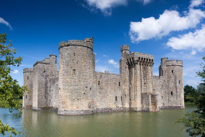 BODIAM, ВОСТОЧНОЕ SUSSEX/UK - 26-ОЕ ИЮНЯ: Замок Bodiam в Bodiam восточном стоковое изображение