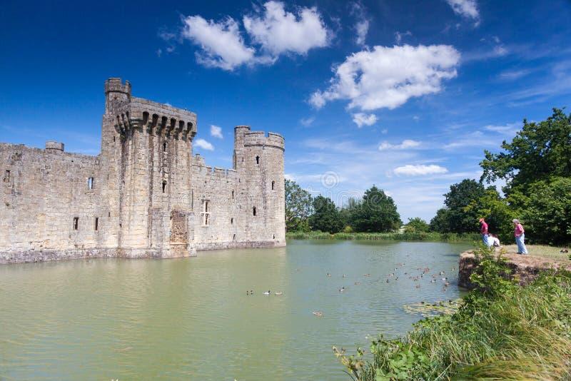 BODIAM, ВОСТОЧНОЕ SUSSEX/UK - 26-ОЕ ИЮНЯ: Замок Bodiam в Bodiam восточном стоковые изображения rf