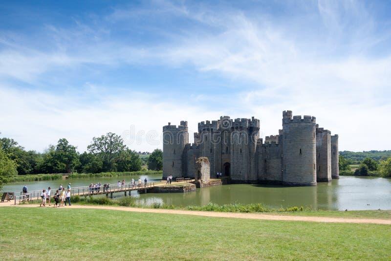 BODIAM, ВОСТОЧНОЕ SUSSEX/UK - 26-ОЕ ИЮНЯ: Замок Bodiam в Bodiam восточном стоковая фотография