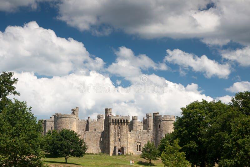 BODIAM, ВОСТОЧНОЕ SUSSEX/UK- 24-ОЕ ИЮНЯ: Замок Bodiam принятый от паба стоковые изображения rf