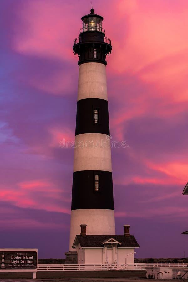 Bodie Island Lighthouse al tramonto nel rosa e nella porpora immagini stock libere da diritti
