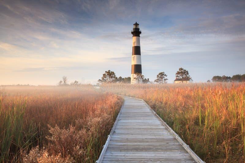 Bodie Island Lighthouse et promenade avec le brouillard photographie stock