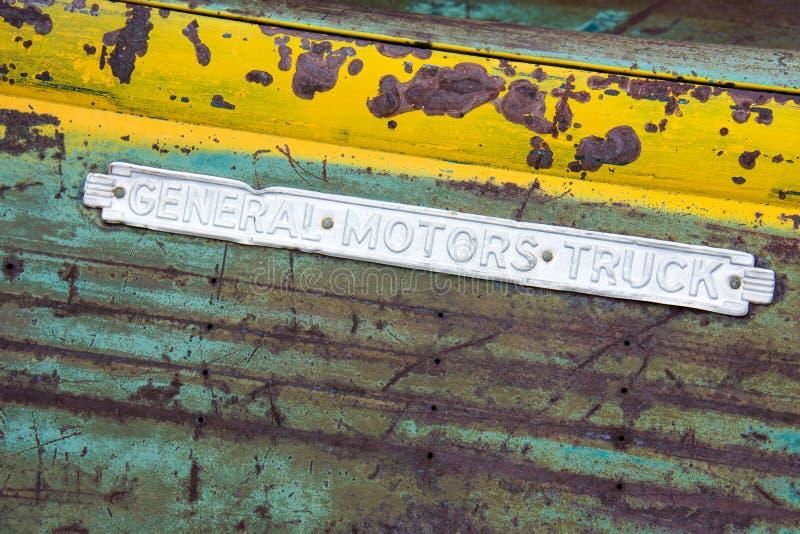 Bodie Kalifornien - Juli 7, 2018: Tecken för General Motors lastbilar på en platta i Bodie State Historical Park i Kalifornien Te royaltyfria foton