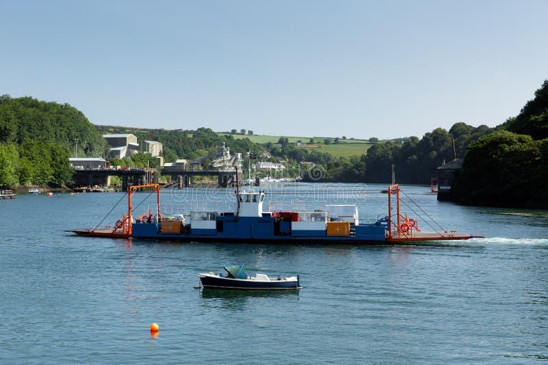 Bodinnick-Autofähre, die Fowey-Fluss Cornwall kreuzt lizenzfreie stockfotografie