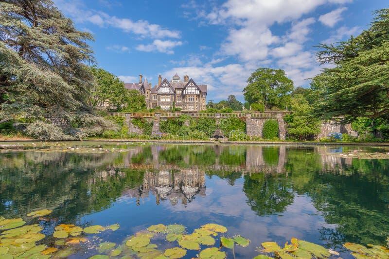 Bodnant Hall, der über einen Teich, Bodnant-Garten, Wales nachdenkt lizenzfreie stockfotos
