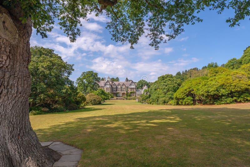 Bodnant Pasillo vio del prado magnífico, jardín de Bodnant, País de Gales fotos de archivo