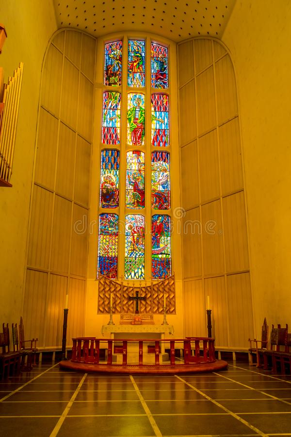 Bodo, Νορβηγία - 9 Απριλίου 2018: Εσωτερική άποψη του καθεδρικού ναού του Bodo με το ζωηρόχρωμο λεκιασμένο γυαλί στο νομό Nordlan στοκ φωτογραφίες με δικαίωμα ελεύθερης χρήσης