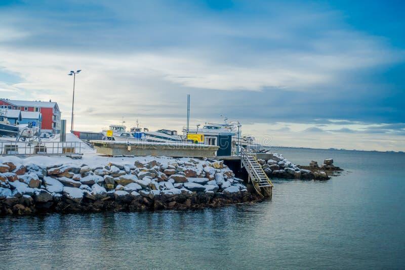 Bodo, Noorwegen - April 09, 2018: Mening van de jachthaven en sommige die boten op een rij in de haven van Bodo wordt gevestigd stock afbeeldingen