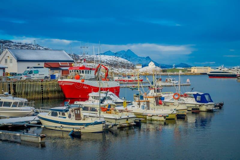 Bodo, Noorwegen - April 09, 2018: Openluchtmening van de jachthaven en sommige die boten op een rij in de haven van Bodo wordt ge stock foto's
