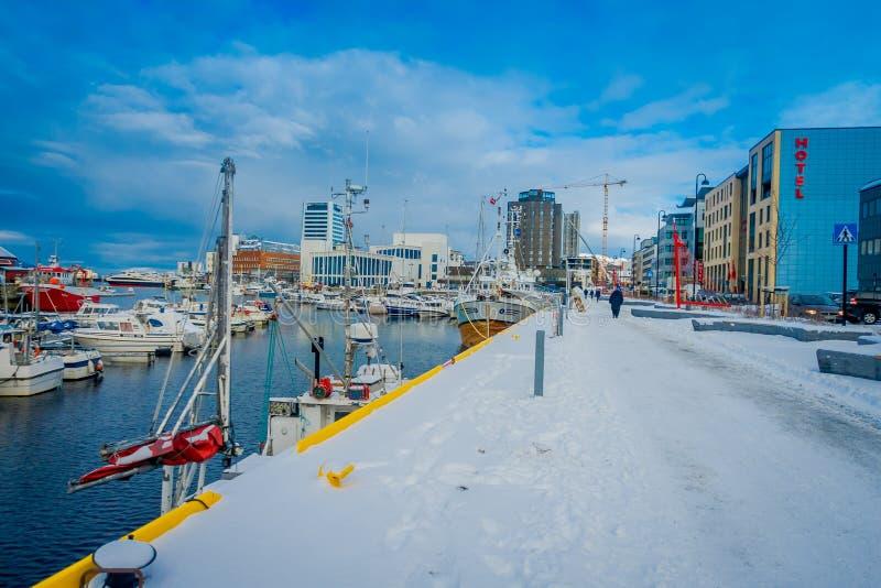 Bodo, Noorwegen - April 09, 2018: Openluchtmening van het kust en jachthavengebied met sommige boten op een rij in het gevestigde stock fotografie