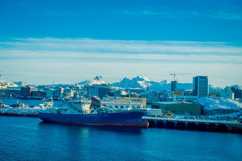 Bodo Norwegia, Kwiecień, - 09, 2018: Piękny krajobrazowy widok ogromni budynki z śnieżnym gór zerkaniem out za Bodo obrazy royalty free