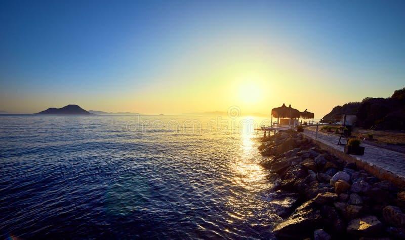 Bodrum, Τουρκία: Όμορφο seascape στο ηλιοβασίλεμα πέρα από τη θάλασσα με τα μπλε και ρόδινα χρώματα κρητιδογραφιών Θερινό ταξίδι  στοκ φωτογραφίες με δικαίωμα ελεύθερης χρήσης