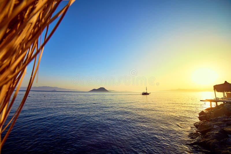 Bodrum, Τουρκία: Όμορφο seascape στο ηλιοβασίλεμα πέρα από τη θάλασσα με τα μπλε και ρόδινα χρώματα κρητιδογραφιών Θερινό ταξίδι  στοκ εικόνα