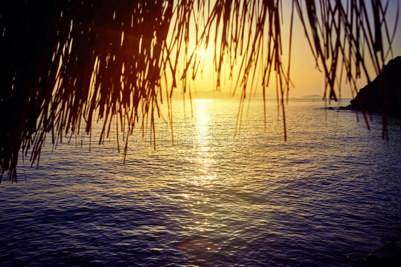 Bodrum, Τουρκία: Όμορφο seascape στο ηλιοβασίλεμα πέρα από τη θάλασσα με τα μπλε και ρόδινα χρώματα κρητιδογραφιών Θερινό ταξίδι  στοκ φωτογραφία