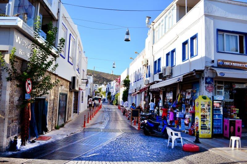 Bodrum Turkiet 2014 Tipical shoppar den turkiskt gatan med havs- restauranger och litet arkivbilder