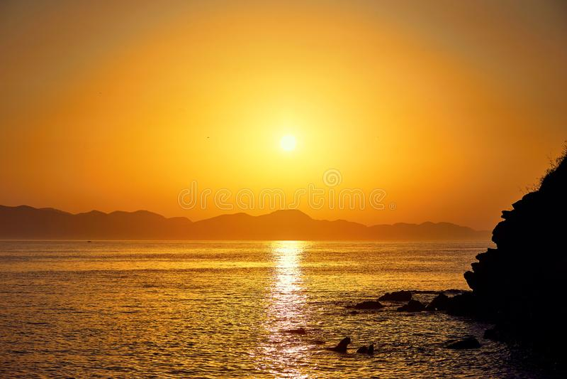Bodrum, Turqu?a: Paisaje marino hermoso en la puesta del sol sobre el mar con colores en colores pastel azules y rosados Verano d imagen de archivo