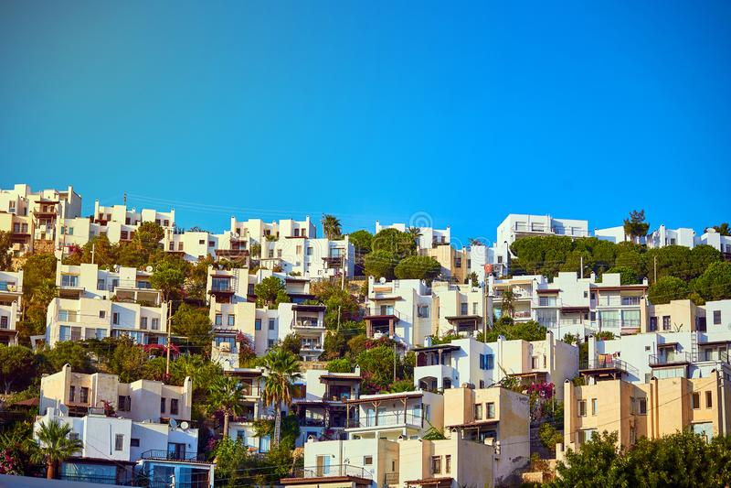 Bodrum, Turquia: Arquitetura egeia típica com as casas cúbicas brancas imagens de stock royalty free