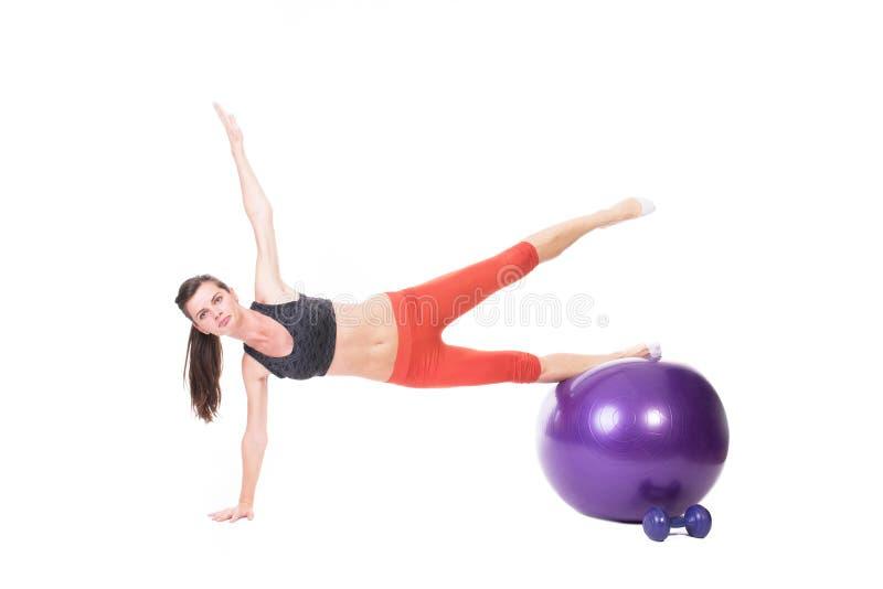 Body building sulla palla di forma fisica immagini stock
