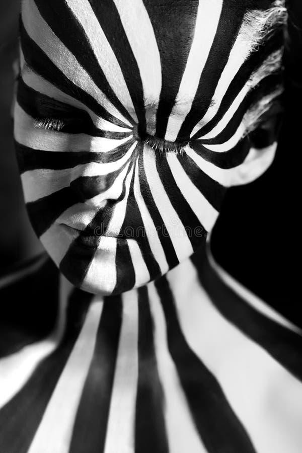 Bodyart en spirale sur le corps d'une jeune fille photographie stock