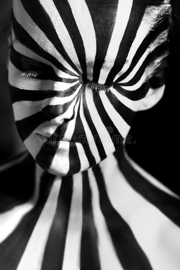 Bodyart a spirale sul corpo di una ragazza fotografia stock
