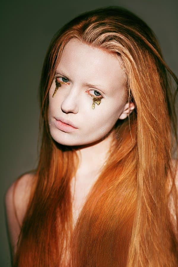 Bodyart. Visage de femme rouge de fantaisie de cheveux avec le maquillage théâtral créatif d'art image libre de droits