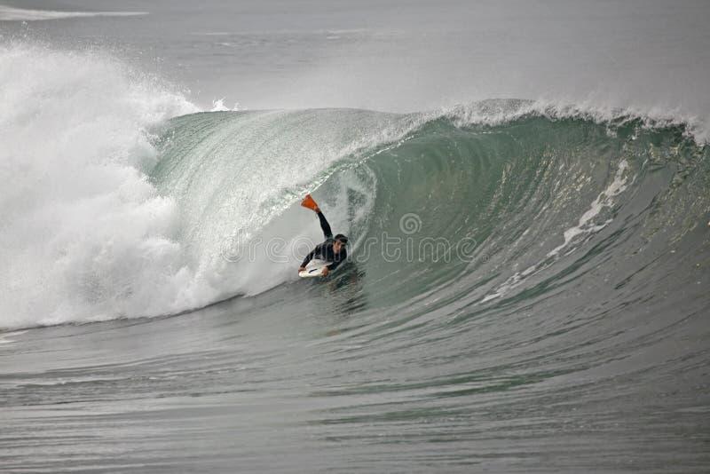 Bodyboarder à l'intérieur du tube image libre de droits