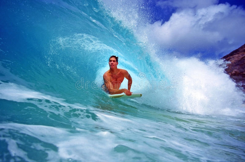 Bodyboarder Chris Gagnon Surfing in Hawaï stock afbeeldingen