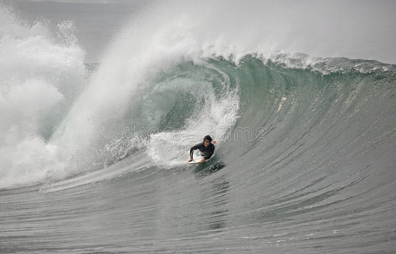 Bodyboarder dans l'onde images stock