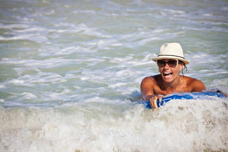Bodyboarder die een golf surfen royalty-vrije stock fotografie