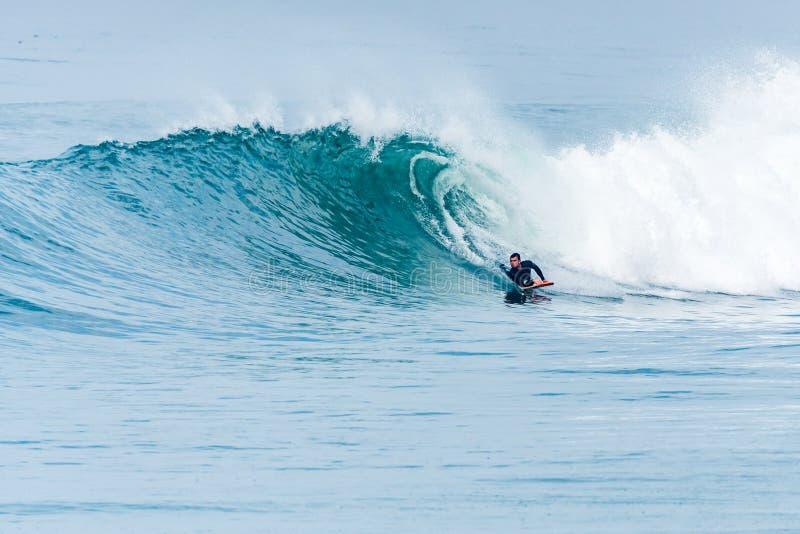 Bodyboarder die oceaangolf surfen royalty-vrije stock afbeeldingen