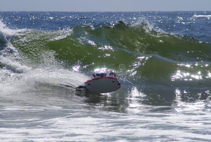 Bodyboarder Fahrwelle in Cornwall lizenzfreie stockfotos