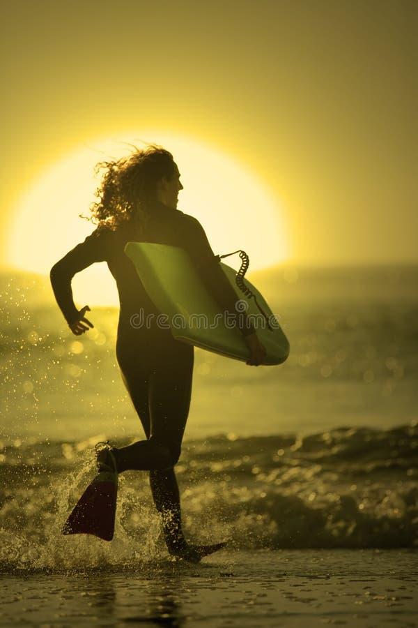 Bodyboarder in het strand royalty-vrije stock afbeeldingen