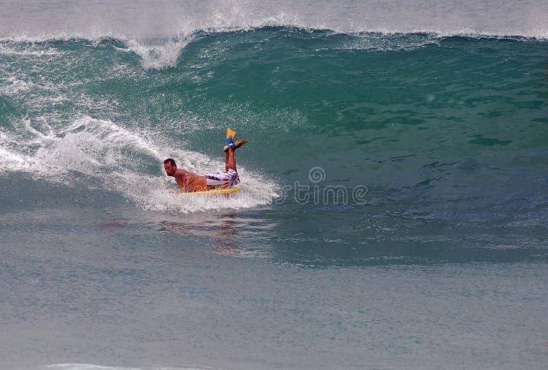 Bodyboarder jedzie fala przy laguna beach, Kalifornia obrazy stock