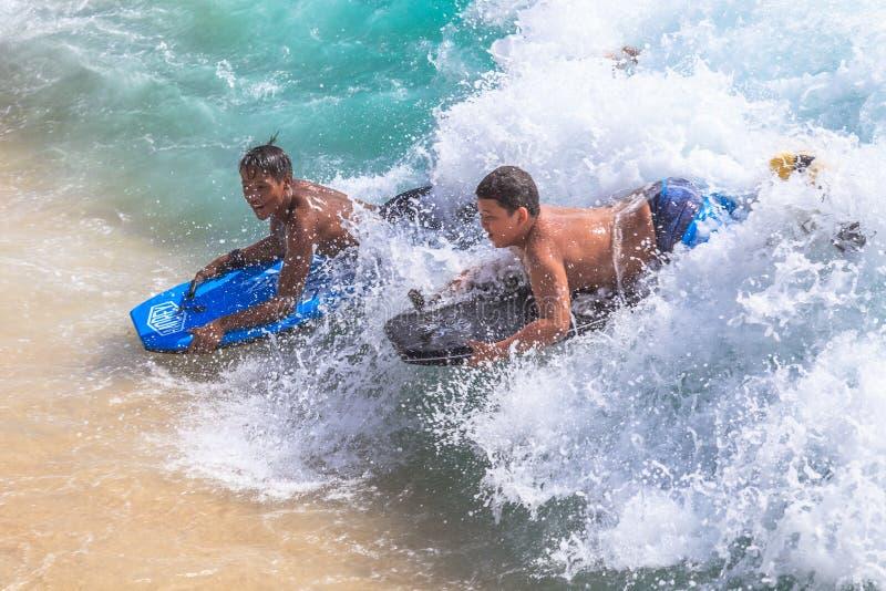 Bodyboarding Waikiki strand fotografering för bildbyråer