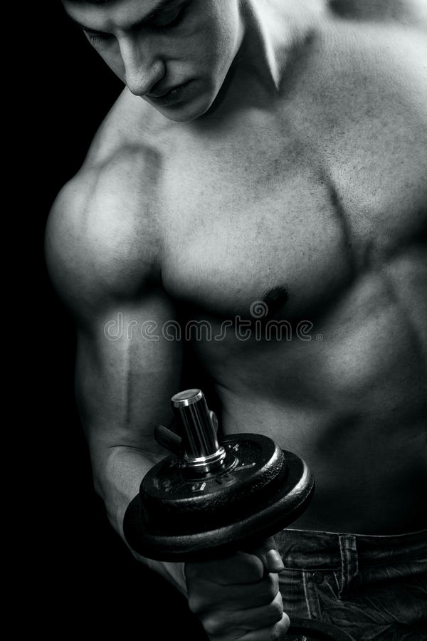 Bodybuilden - muskulöser Mann und Dumbbell-Training stockfotografie