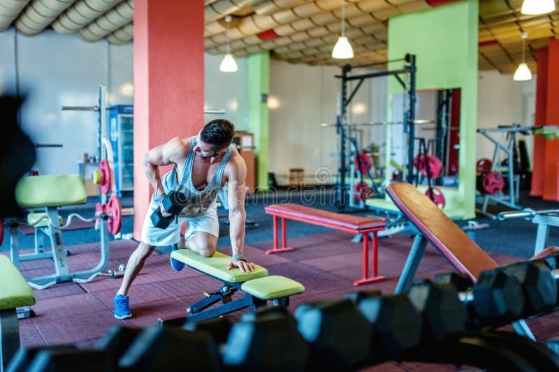 Bodybuilder établissant et s'exerçant au gymnase photos stock