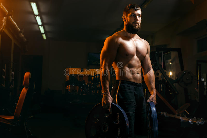 Bodybuilder ćwiczy barbell w gym obraz royalty free