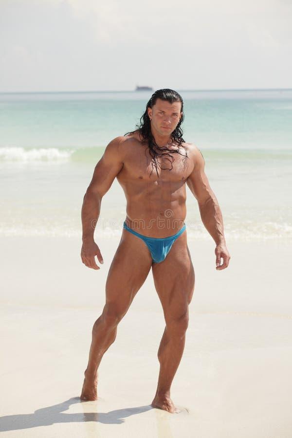 Bodybuilder από την ακτή στοκ εικόνες με δικαίωμα ελεύθερης χρήσης