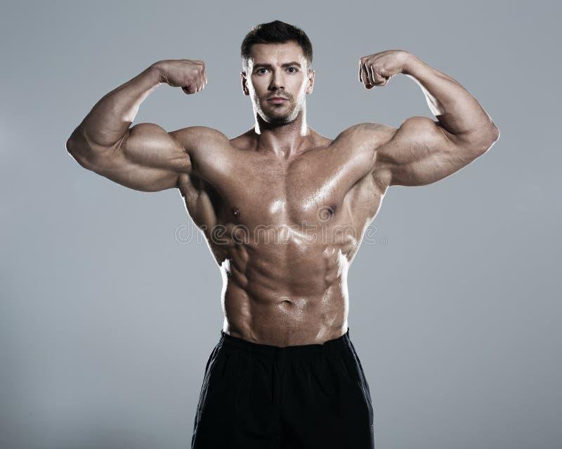 bodybuilder θέτοντας στοκ φωτογραφία με δικαίωμα ελεύθερης χρήσης