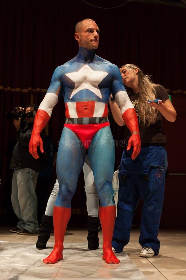 Bodybuilder κατά τη διάρκεια μιας συνόδου ζωγραφικής σωμάτων στη Συνθήκη δερματοστιξιών του Μιλάνου στοκ εικόνες με δικαίωμα ελεύθερης χρήσης