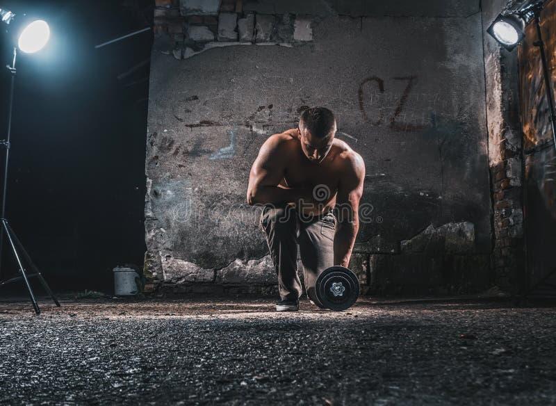 Bodybuilder με το βάρος στοκ εικόνα με δικαίωμα ελεύθερης χρήσης