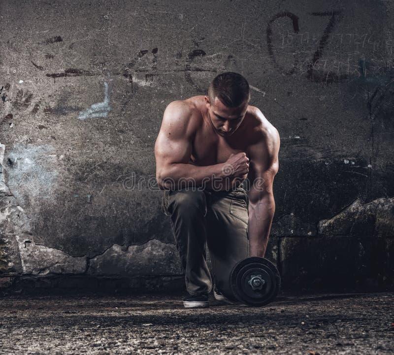 Bodybuilder με το βάρος στοκ φωτογραφία με δικαίωμα ελεύθερης χρήσης