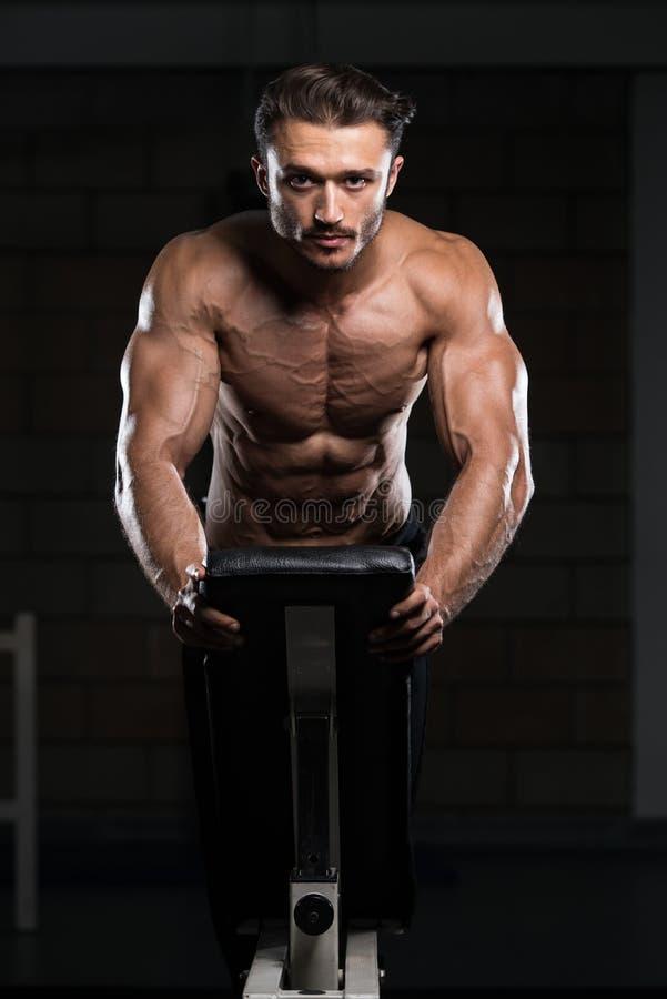 Bodybuilder που ασκεί την ώθηση UPS στον πάγκο στοκ εικόνες με δικαίωμα ελεύθερης χρήσης