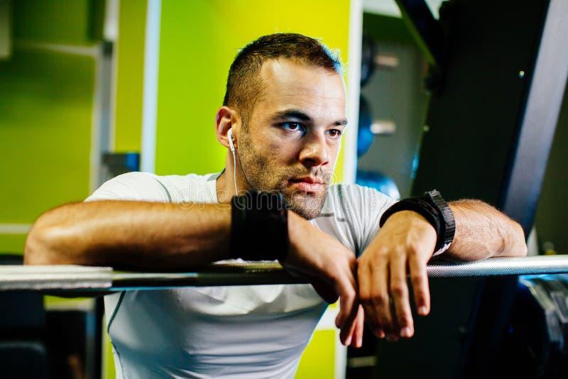 Bodybuilder που συγκεντρώνεται όμορφο στη γυμναστική στοκ φωτογραφίες